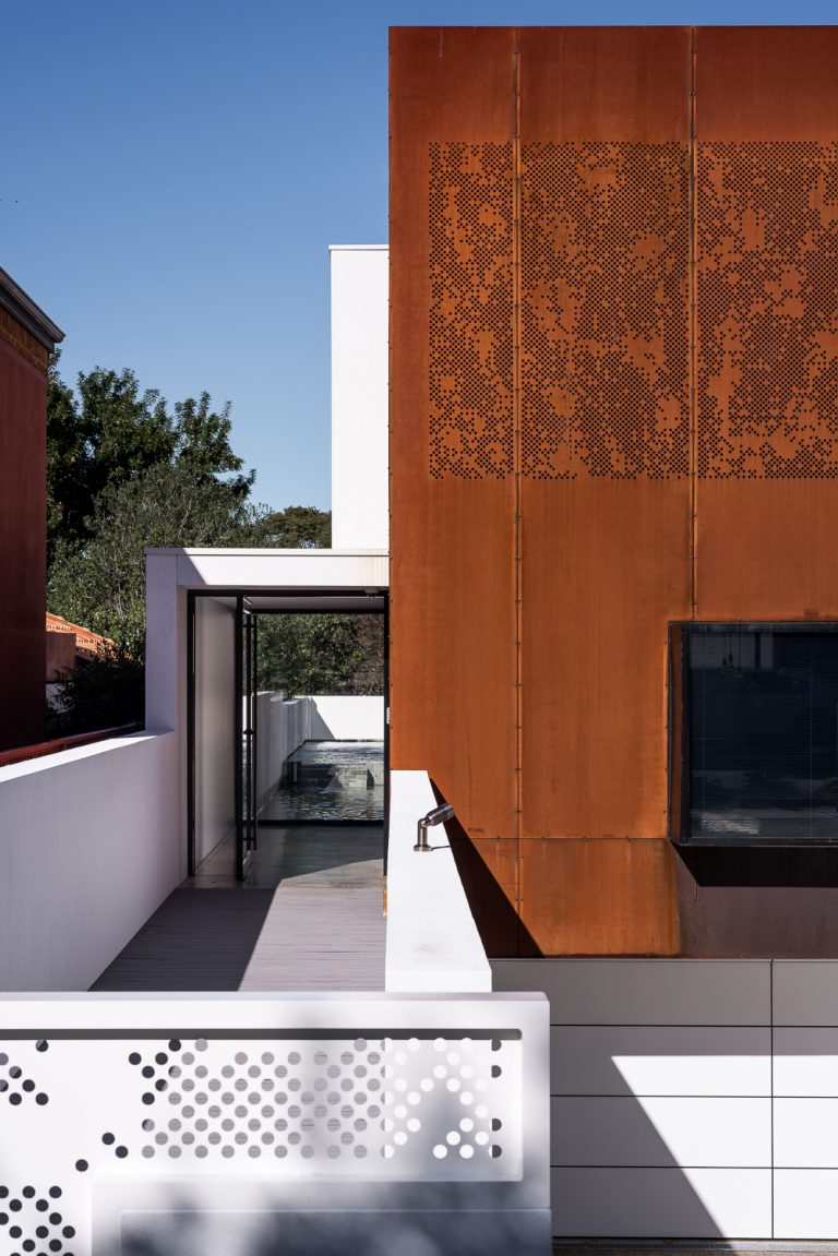 1_Exterior-clad-custom-corten-steel-designed-by-Cottesloe-Architect-Robeson-Architects
