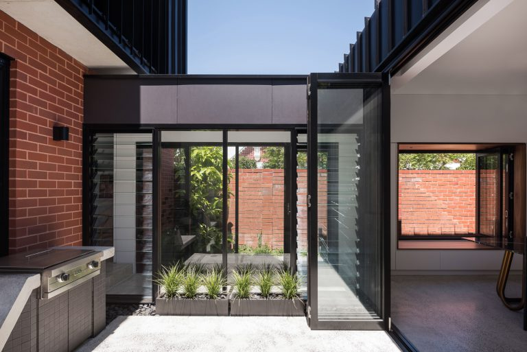 6-outdoor-courtyard-King-George-heritage-renovation-Fremantle-residential-achitecture-by-Robeson-Architects